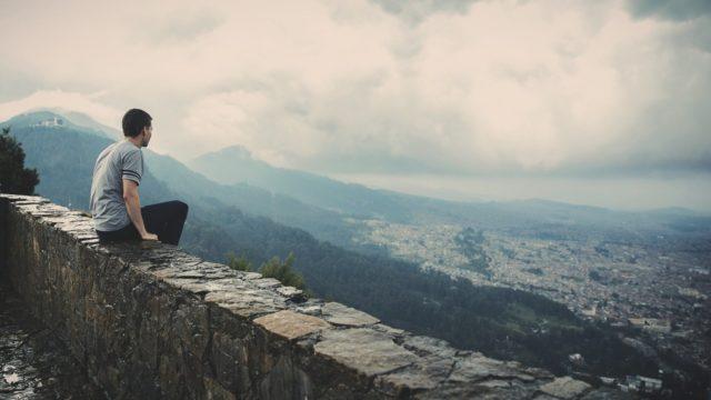 崖に座る人